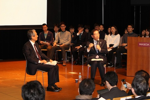 写真・図版 : 早稲田大学での対話集会で語る朴元淳・ソウル市長(右)。左は李鍾元教授=提供・早稲田大学
