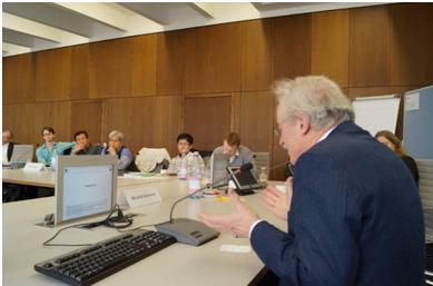 写真・図版 : 3月にベルリン自由大学で行われた「世界におけるエネルギー大転換」で報告するマーティン・イエニッケ教授(国際高等サステナビリティー研究所)