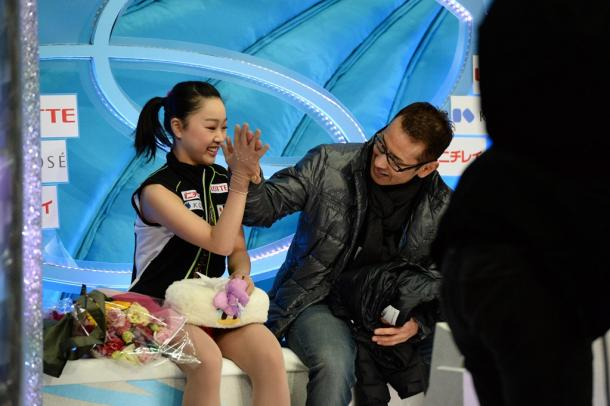 全日本選手権女子SPの演技後、ハイタッチを交わす樋口新葉201412