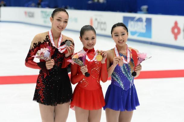 写真・図版 : 2014年の全日本選手権で、2位の本郷理華(左)、優勝した宮原知子(中)と3位の樋口新葉。3年後の五輪まで激しい競争が続く