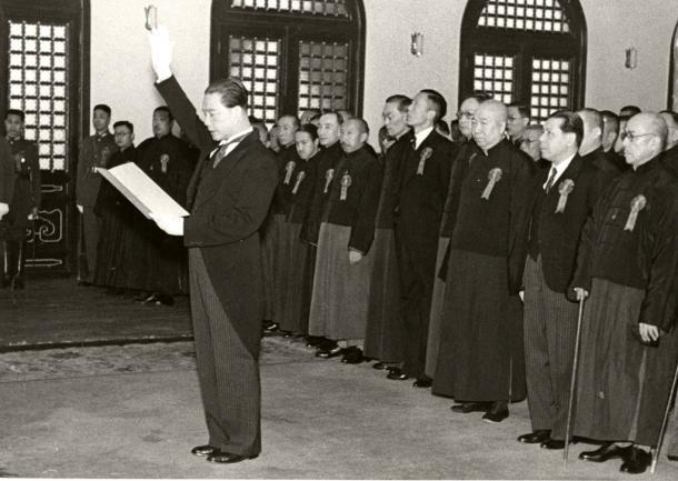 南京の国民政府大礼堂で開かれた主席就任式で宣誓文を読む汪精衛(兆銘)19401129