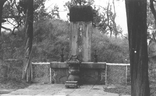 曲阜の孔子の墓碑