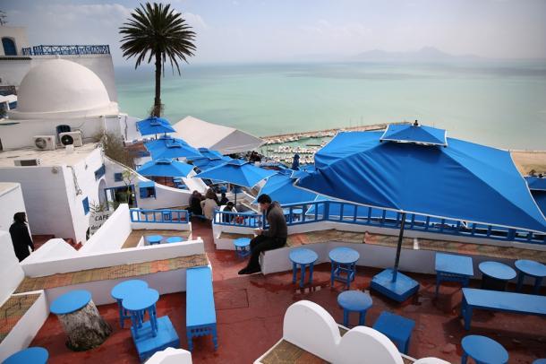 写真・図版 : チュニス湾が一望できる、チュニジアの観光名所シディ・ブ・サイドのカフェ。ほとんどが地元客で、外国人観光客はまばら=2015年3月22日