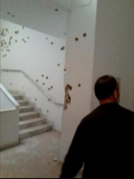 博物館襲撃事件の翌19日に撮影された映像。壁に銃弾の跡が生々しく残っている=チュニジア・チュニス、関係者提供