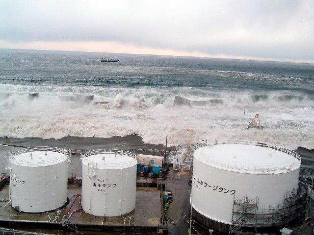 写真・図版 : 東電・福島第一原発に押し寄せる津波。2011年3月11日。東電提供