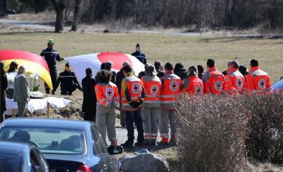 写真・図版 : ジャーマンウィングス機墜落事故現場近くの慰霊碑を訪れた日本人被害者の家族ら=3月29日、フランス南東部ルベルネ、矢木隆晴撮影