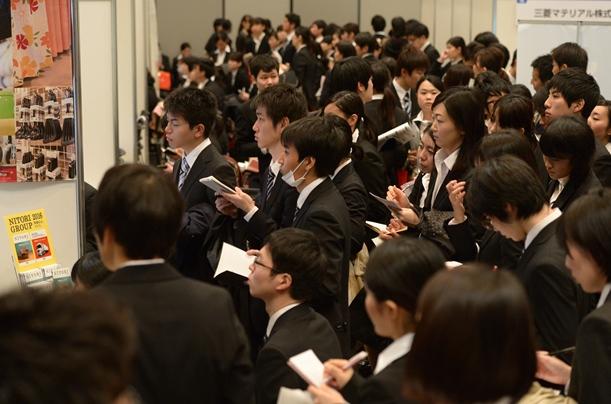 就職活動が解禁され、合同説明会も開かれた。学生にとって勝負の春がスタートした=2015年3月1日、東京都渋谷区
