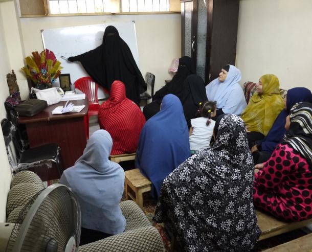 サラフィー主義のグループがカイロで行っている女性のための識字教室。教師は女性のサラフィー主義者で、目だけをだすベールをつけている=2012年11月