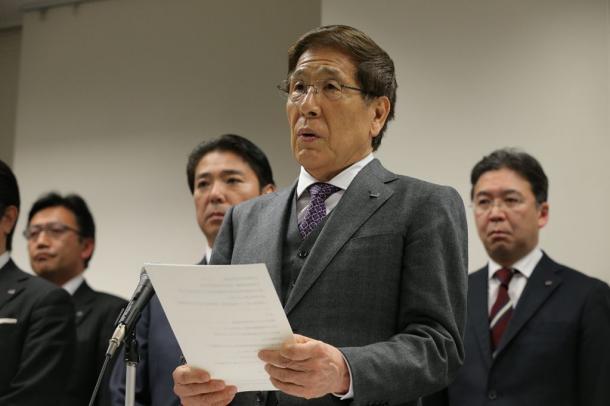 記者会見する大塚勝久会長(手前)。左後方はきょうだいで唯一会長側につく長男・勝之取締役=2月25日、