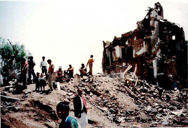 イエメン内戦で南から飛んできたスカッドミサイルの着弾地点にできた瓦礫の山=1994年5月、サヌアで川上撮影