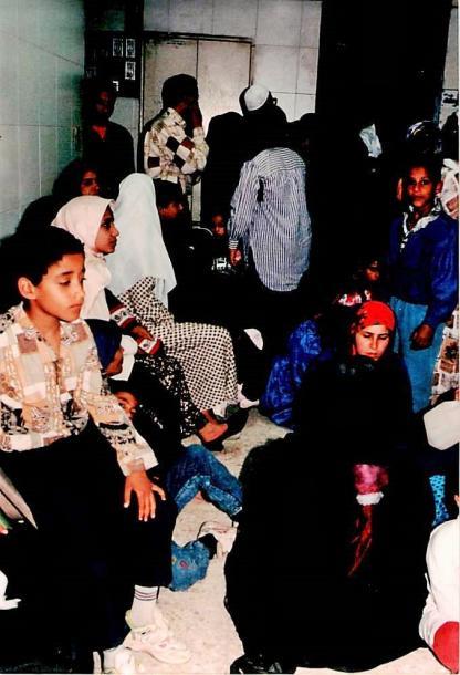 混雑するムスリム同胞団系のクリニック=1995年、カイロで、撮影・筆者