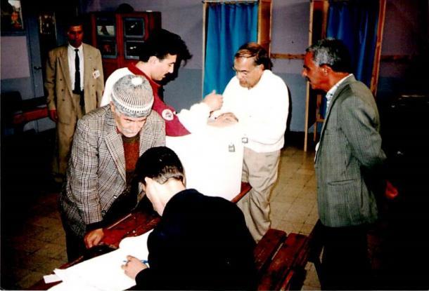 治安の混乱の元で実施されたアルジェリア大統領選挙の投票風景=1995年11月、川上撮影
