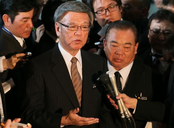 安倍晋三首相との会談後、記者の質問に答える翁長雄志沖縄県知事(中央左)。右は安慶田光男・同副知事=17日午後、首相官邸