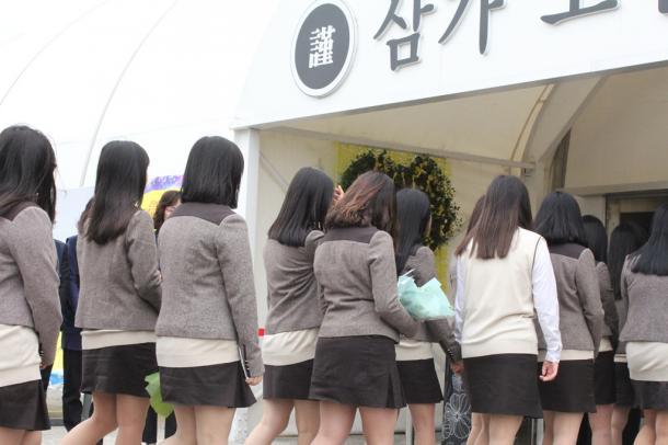 セウォル号沈没事故の犠牲になった級友らの弔問のため、合同焼香所を訪れた檀園高校の生徒ら=韓国・京畿道安山市