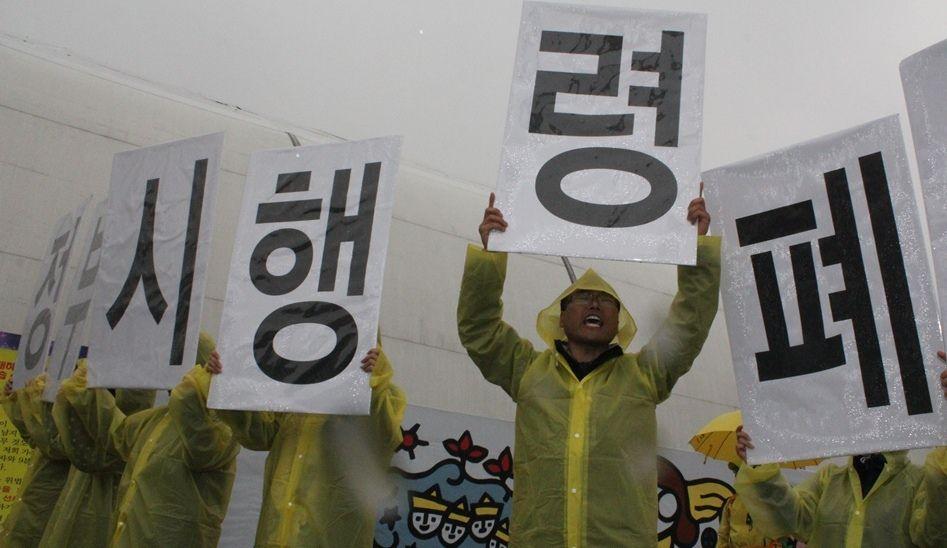 写真・図版:セウォル号事故1年、韓国の危機は続くのか