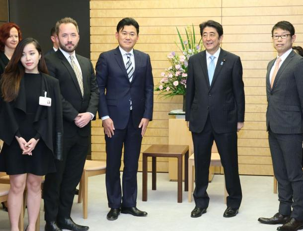 「新経済サミット2015」参加者の表敬訪問を受けた安倍晋三首相。その左は三木谷浩史・新経済連盟代表理事=2015年4月6日、首相官邸