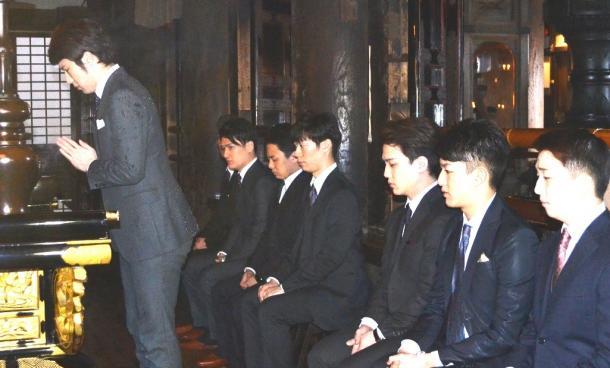 公演の成功を祈願して手を合わせる尾上松也さんら7人の歌舞伎役者=東山区