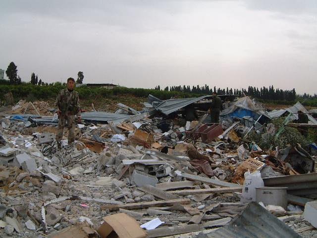イスラエル軍の侵攻と攻撃によって家を破壊されたパレスチナ自治区の住民=2001年4月18日、ガザのベイトナヌーンで=撮影・筆者