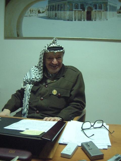 ヨルダン川西岸のラマラにあるパレスチナ自治政府議長府で未明のインタビューに応じたアラファト議長=2002年1月13日未明=撮影・筆者