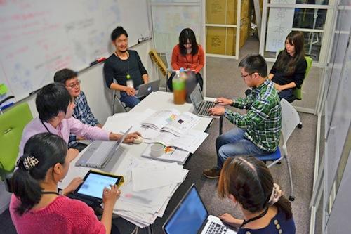 写真・図版 : 2014年の衆院選時の「衆院選対策本部」の様子。企画、編集、エンジニア、デザイナーなど、Yahoo!ニュースを含む各部門・職種のメンバーが集まり、24時間態勢で対応にあたった