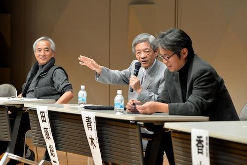 特定秘密保護法に反対するシンポジウムに臨む筆者(右)ら=2013年11月24日、東京都文京区