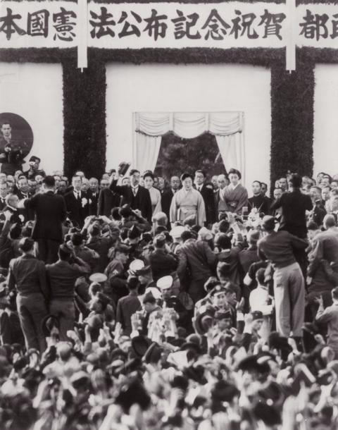 写真・図版 : 皇居前広場で開かれた新憲法公布記念祝賀都民大会=1946年11月3日