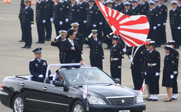 航空観閲式で、オープンカーに乗って巡閲する安倍首相=26日午前、茨城県小美玉市の航空自衛隊百里基地20141026