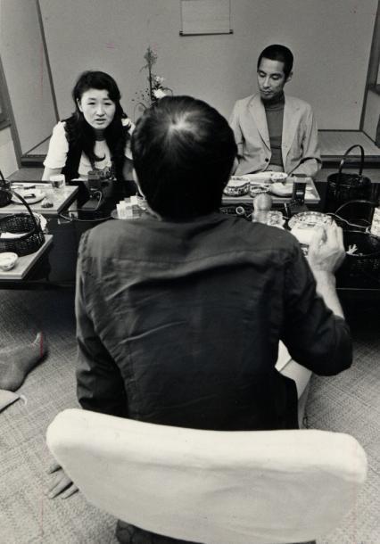写真・図版 : 作家の野坂昭如さん(後ろ向き)と「週刊朝日」の座談会に出席した加藤登紀子さん、仮出所中の藤本敏夫さん=1974年9月