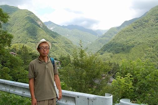 写真・図版 : 釜沢地区に暮らす谷口昇さん=2014年7月、筆者撮影