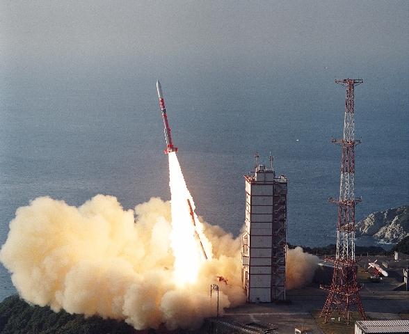 写真・図版 : 1989年2月22日の内之浦からの打ち上げの様子(JAXA提供)。ロケットはミュー3S II型4号機で、1年前に運用をやめたM-Vの1世代前のロケット。