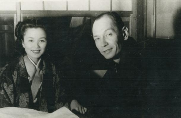 鈴木大拙の息子、鈴木勝(右)=1949年