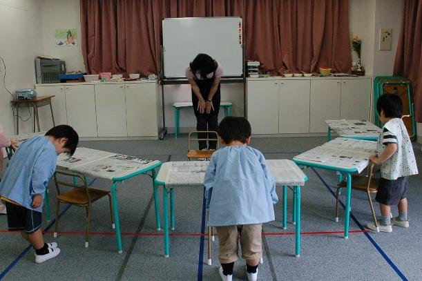 小学校受験塾では、授業を始める前に「こんにちは」と必ずあいさつする=2009年、横浜市青葉区