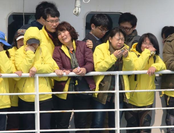 セウォル号沈没事故から1年を迎えるのを前に事故海域をフェリーで訪れた遺族たち=15日午前10時54分、韓国・珍島沖
