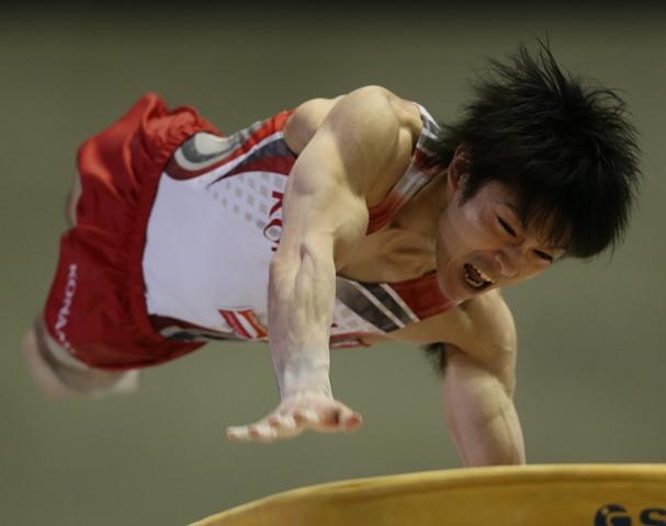 NHK杯の跳馬で「リ・シャオペン」を成功させた内村航平=2015年5月17日、東京・代々木第1体育館