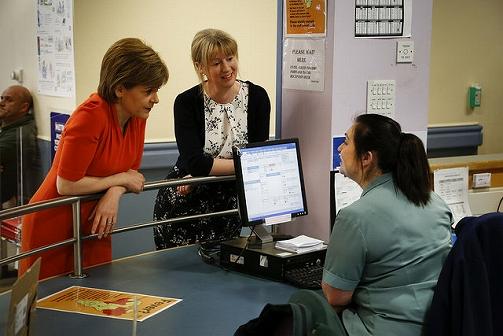 写真・図版 : 緊急医療サービスの実態視察で病院を訪れる、スタージョン自治政府首相(スコットランド自治政府)