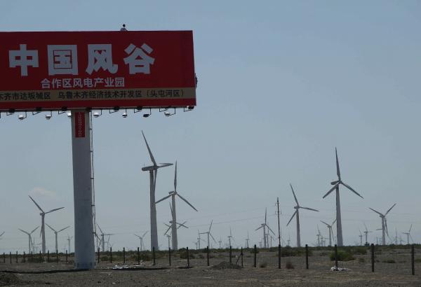 「中国の風の谷」と書かれた看板の向こうに広がる平原に、風車が林立する