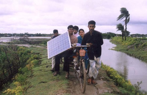太陽光パネルを運ぶバングラデッシュの農民たち