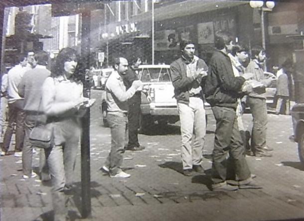 写真・図版 : 軍事政権下、街頭で手拍子しながら民主化を叫ぶ市民たち=1984年9月、撮影・筆者
