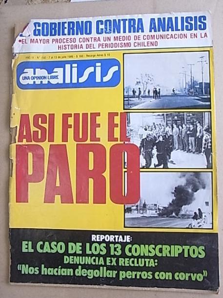 写真・図版 : 街頭で売られていた反政府雑誌「アナリシス」の表紙には反政府行動の写真が載っていた(1986年7月7日号)