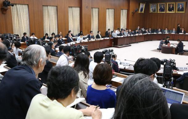 傍聴人も多く集まって開かれた衆院の憲法審査会=7日20150507