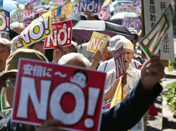 安保法制に反対し、繁華街をデモ行進する参加者ら