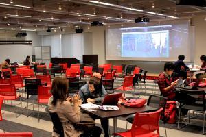 写真・図版 : 同志社大学(京都市上京区)の自習空間「ラーニング・コモンズ」。アクティブラーニングを促す空間になっている=筒井次郎撮影