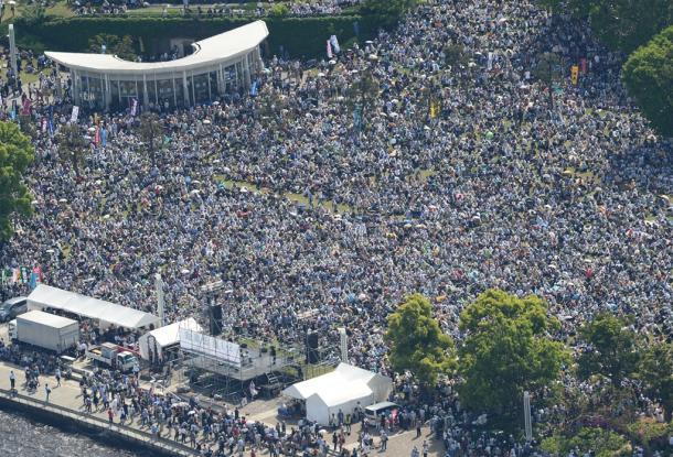 「平和といのちと人権を!5・3憲法集会」に集まった参加者たち=3日午後2時11分、横浜市西区
