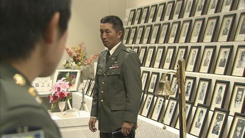 殉職者遺影前での幹部候補生教育=NHKスペシャル「60年目の自衛隊 現場からの報告」から