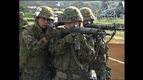 イラク派遣前、福島駐屯地で「市街地戦闘」訓練をする隊員たち=NHKスペシャル「陸上自衛隊 イラク派遣 ある部隊の4か月」(2004年2月1日放送)から