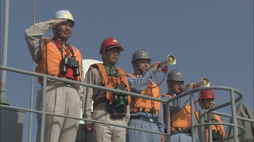 インド洋給油支援部隊の隊員たち=クローズアップ現代「岐路に立つ 海上自衛隊」(2008年9月30日放送)から