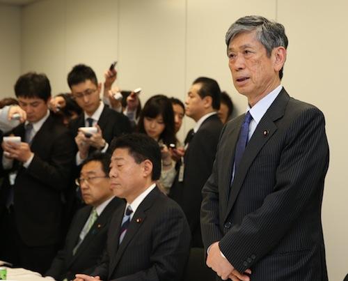 写真・図版 : 安全保障法制の与党協議であいさつする自民党の高村正彦副総裁(右)。中央は公明党の北側一雄副代表=4月27日、東京・永田町で