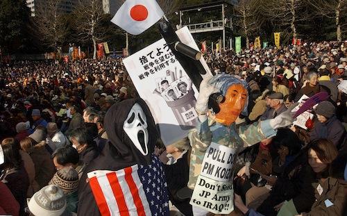 自衛隊イラク派遣に反対する集会では、小泉首相の人形も登場した=2004年1月25日、東京都千代田区の日比谷公園