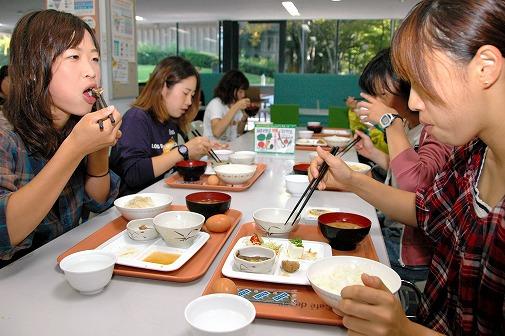 写真・図版 : 100円朝食を食べる大阪芸術大の学生ら=大阪府河南町