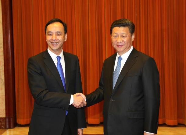 写真・図版 : 北京で会談に臨む中国の習近平国家主席(右)と台湾の朱立倫・国民党主席=2015年5月4日、国民党提供